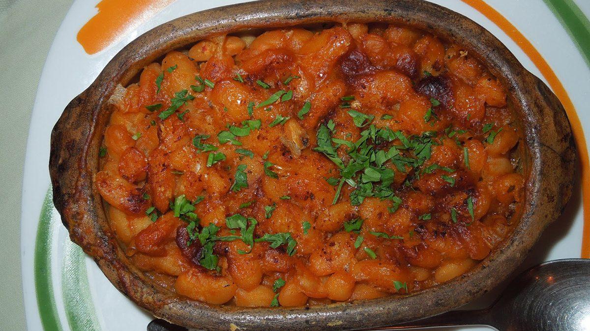 Tavche-gravche, a baked beans clay plate
