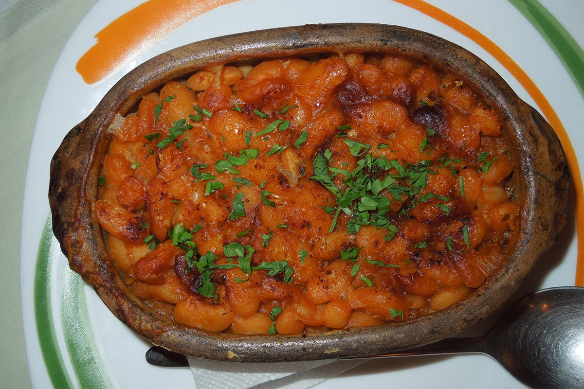 Tavche-gravche, a baked beans clay plate